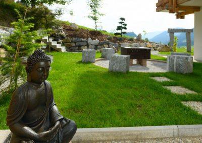 Buddha und Feuerstelle im Hintergrund