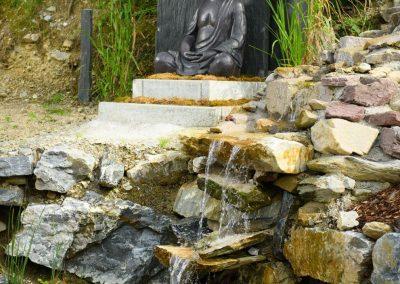 Wasserfall mit Buddha