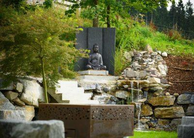 Alpiner Garten mit Buddha